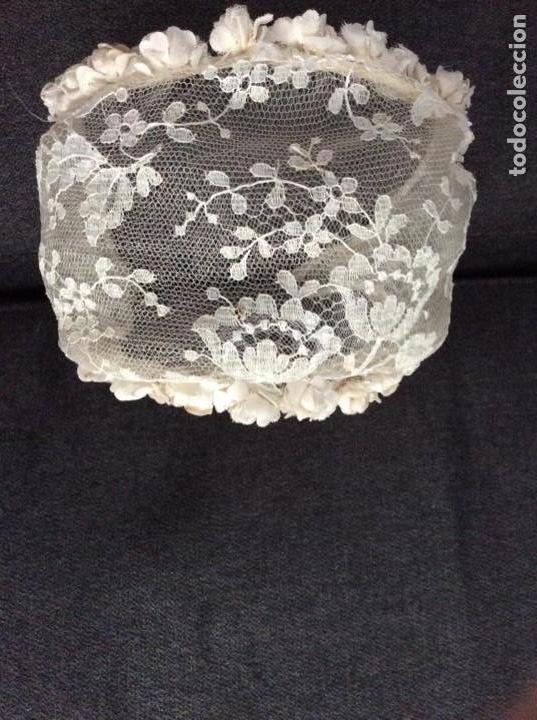 Antigüedades: Traje de comunión de organza bordada con casquete limosnera y velo. Año 1956 - Foto 6 - 168484716