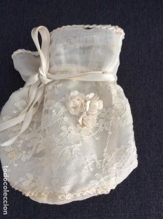 Antigüedades: Traje de comunión de organza bordada con casquete limosnera y velo. Año 1956 - Foto 15 - 168484716