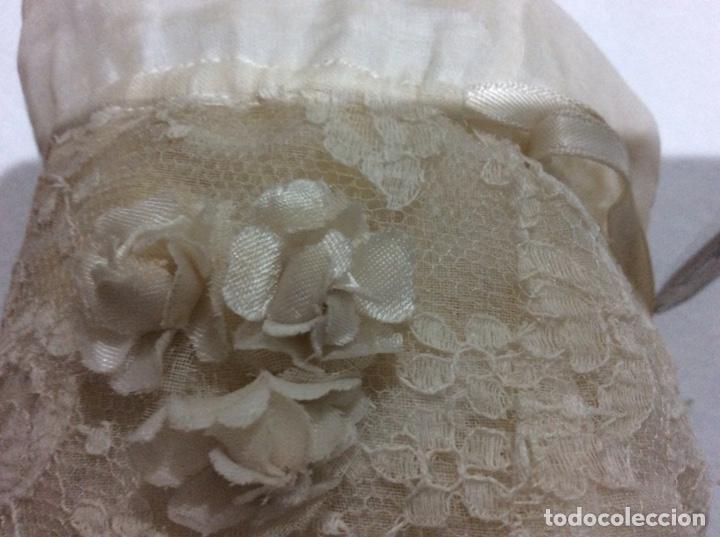 Antigüedades: Traje de comunión de organza bordada con casquete limosnera y velo. Año 1956 - Foto 17 - 168484716