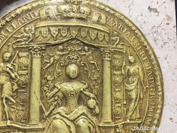 Antigüedades: PISAPAPELES REPLICA SELLO CERA DE DOCUMENTO O PLOMO MARIA TERESA S XVII HOLANDA ALEMANIA 15X15CMS - Foto 3 - 168490368