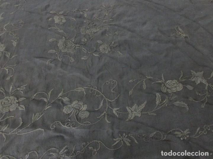 Antigüedades: MANTÓN ANTIGUO EN SEDA BORDADA - Foto 11 - 168495564