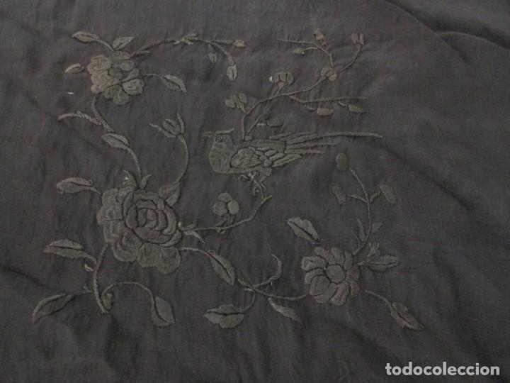 Antigüedades: MANTÓN ANTIGUO EN SEDA BORDADA - Foto 12 - 168495564