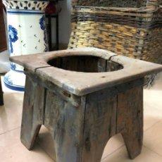 Antigüedades: ANTIGUO RETRETE DE MADERA PARA ESCUPIDERA CON MEDIDA 31X30,5X 30 CM DE ALTO. Lote 168498588