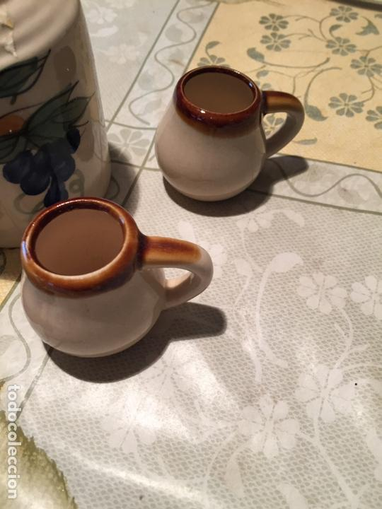 Antigüedades: Antiguo bote / jarra de ceramica con 4 vasos a juego de los años 70 - Foto 5 - 168517116