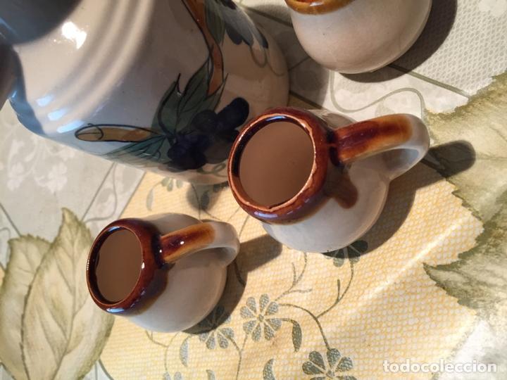 Antigüedades: Antiguo bote / jarra de ceramica con 4 vasos a juego de los años 70 - Foto 8 - 168517116