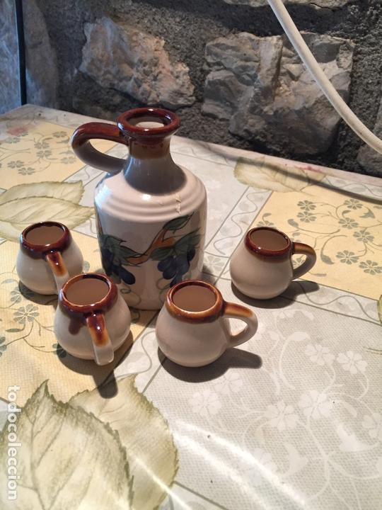 ANTIGUO BOTE / JARRA DE CERAMICA CON 4 VASOS A JUEGO DE LOS AÑOS 70 (Antigüedades - Porcelanas y Cerámicas - Otras)