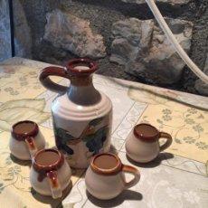 Antigüedades: ANTIGUO BOTE / JARRA DE CERAMICA CON 4 VASOS A JUEGO DE LOS AÑOS 70. Lote 168517116