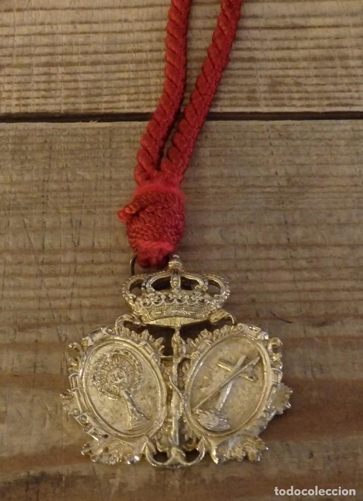 SEMANA SANTA SEVILLA, MEDALLA CON CORDON HERMANDAD DE LA LANZADA (Antigüedades - Religiosas - Medallas Antiguas)