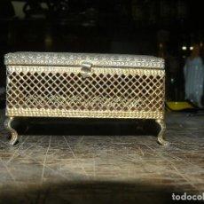 Antigüedades: ANTIGUO CAJA JOYERO DE METAL DORADO. Lote 168568340