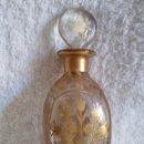 Antigüedades: FRASCO DE PERFUME ANTIGUO DELVAUX PARIS, CRISTAL PINTADO A MANO CON TAPON, AÑOS 1930. Lote 168572316
