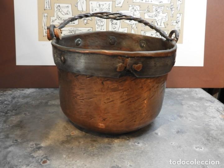 Antigüedades: CALDERO ANTIGUO DE COBRE CON ASA DE HIERRO FORJADO - Foto 2 - 168590928
