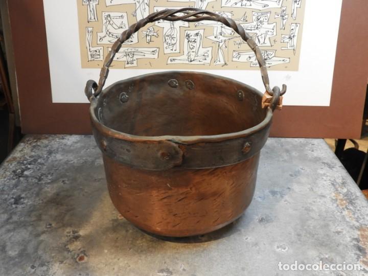 Antigüedades: CALDERO ANTIGUO DE COBRE CON ASA DE HIERRO FORJADO - Foto 5 - 168590928