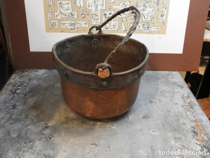Antigüedades: CALDERO ANTIGUO DE COBRE CON ASA DE HIERRO FORJADO - Foto 6 - 168590928