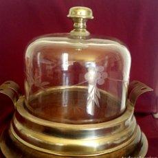 Antigüedades: PASTELERA. TARTERA DE CRISTAL TALLADO Y ALPACA. CON CUPULA DE CRISTAL.. Lote 168595642
