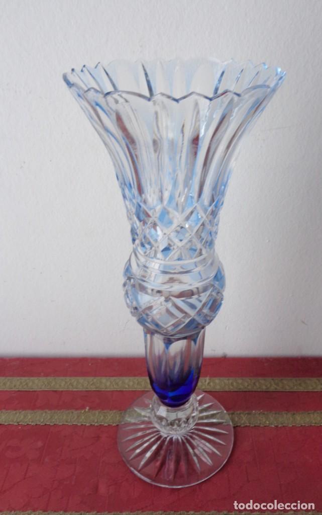 Antigüedades: Jarrón cristal tallado color azul celeste. Cristal Bacarrat. Primer tercio del siglo XX. - Foto 2 - 168604132