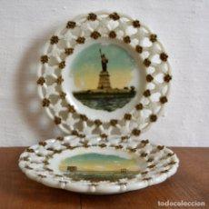 Antigüedades: PAREJA DE PLATOS DE CRISTAL OPALINO MILK GLASS * OPALINA ADORNOS EN DORADO NEW YORK * SAN FRANCISCO. Lote 168610088