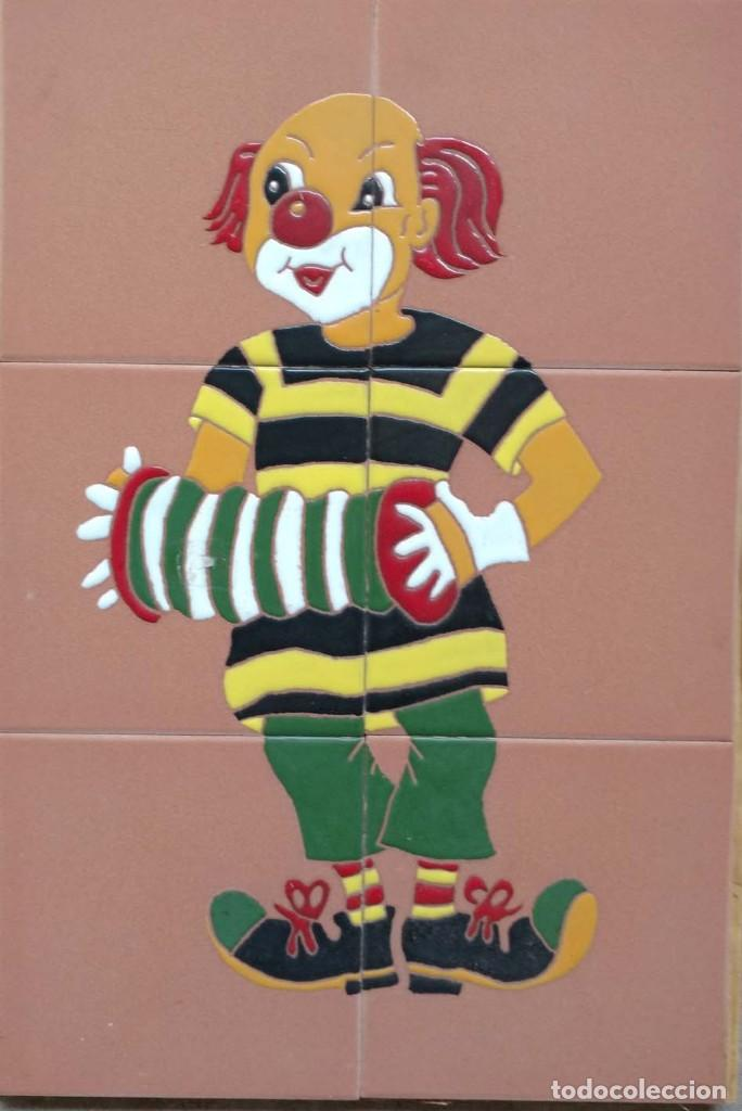 PAYASO CON ACORDEÓN FONDO EN BARRO. (Antigüedades - Porcelanas y Cerámicas - Azulejos)