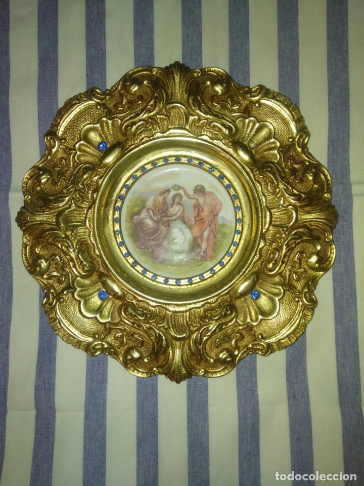 PRECIOSO PLATO DE PORCELANA CON MARCO DE BRONCE DORADO (Antigüedades - Hogar y Decoración - Platos Antiguos)