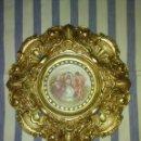Antigüedades: PRECIOSO PLATO DE PORCELANA CON MARCO DE BRONCE DORADO. Lote 168634004