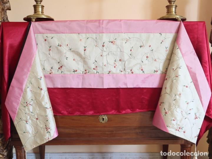 Antigüedades: Precioso ornamento confeccionado en seda y bordados manuales. 190 x 32 cm. Pps. S. XX. - Foto 3 - 168637756