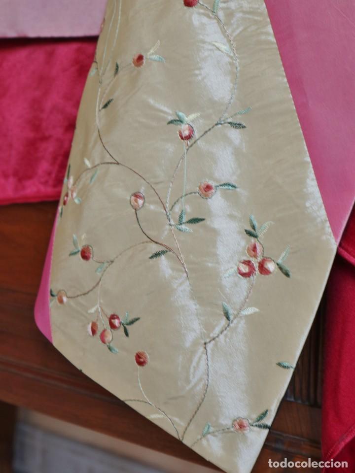 Antigüedades: Precioso ornamento confeccionado en seda y bordados manuales. 190 x 32 cm. Pps. S. XX. - Foto 4 - 168637756