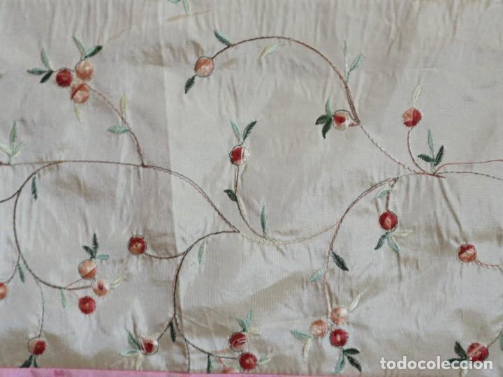 Antigüedades: Precioso ornamento confeccionado en seda y bordados manuales. 190 x 32 cm. Pps. S. XX. - Foto 5 - 168637756