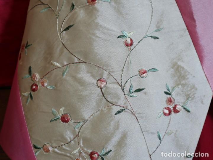 Antigüedades: Precioso ornamento confeccionado en seda y bordados manuales. 190 x 32 cm. Pps. S. XX. - Foto 6 - 168637756