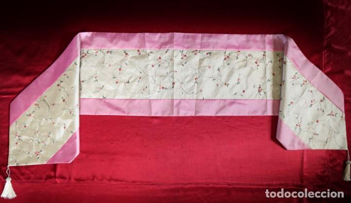 Antigüedades: Precioso ornamento confeccionado en seda y bordados manuales. 190 x 32 cm. Pps. S. XX. - Foto 8 - 168637756
