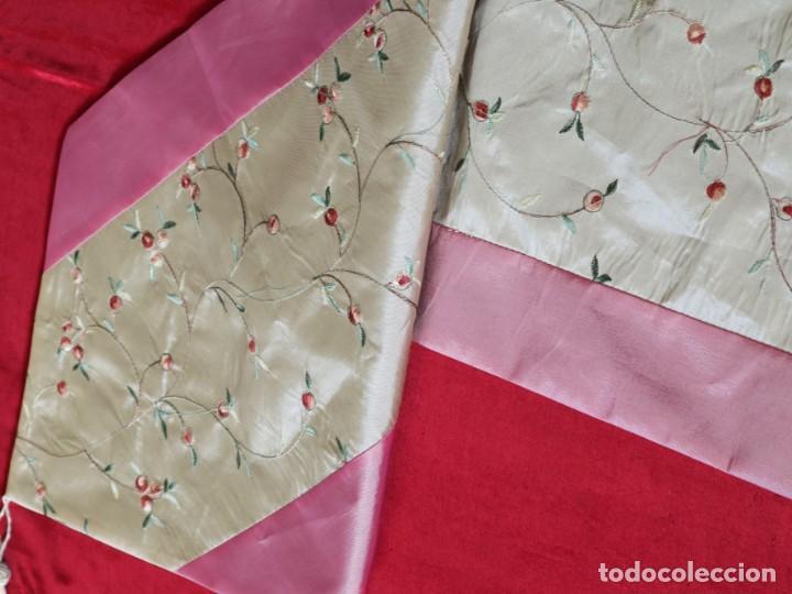 Antigüedades: Precioso ornamento confeccionado en seda y bordados manuales. 190 x 32 cm. Pps. S. XX. - Foto 9 - 168637756