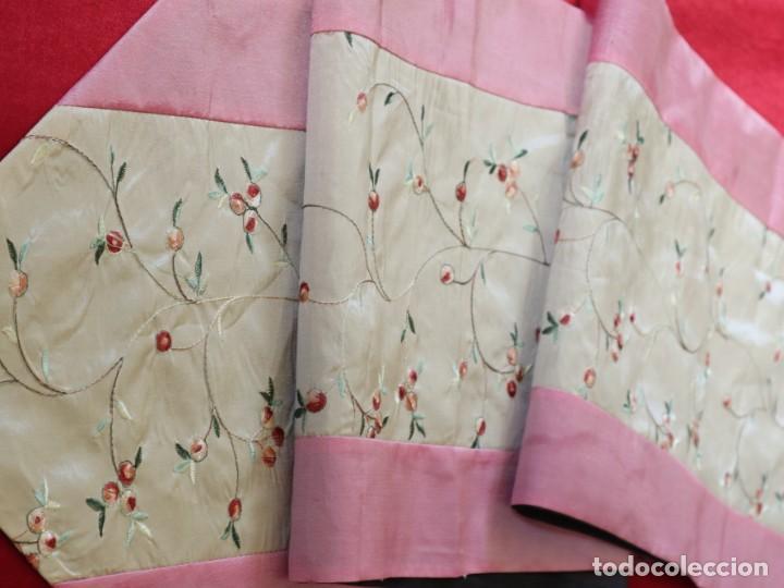 Antigüedades: Precioso ornamento confeccionado en seda y bordados manuales. 190 x 32 cm. Pps. S. XX. - Foto 11 - 168637756