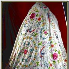 Antigüedades: ESPECTACULAR MANTÓN DE MANILA BORDADO A MANO SOBRE FONDO BLANCO FLORES Y PÁJAROS. Lote 168640708