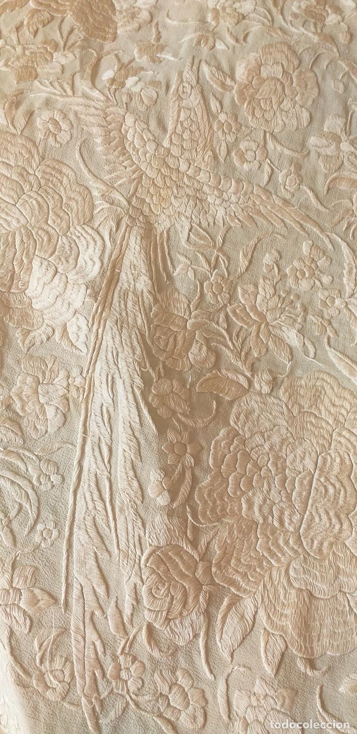 Antigüedades: MANTON DE MANILA EXTRAORDINARIO DE SEDA BORDADO EN SEDA SIGLO XIX 135 X135 MAS 44 ENREJADO Y FLECO - Foto 4 - 168700588