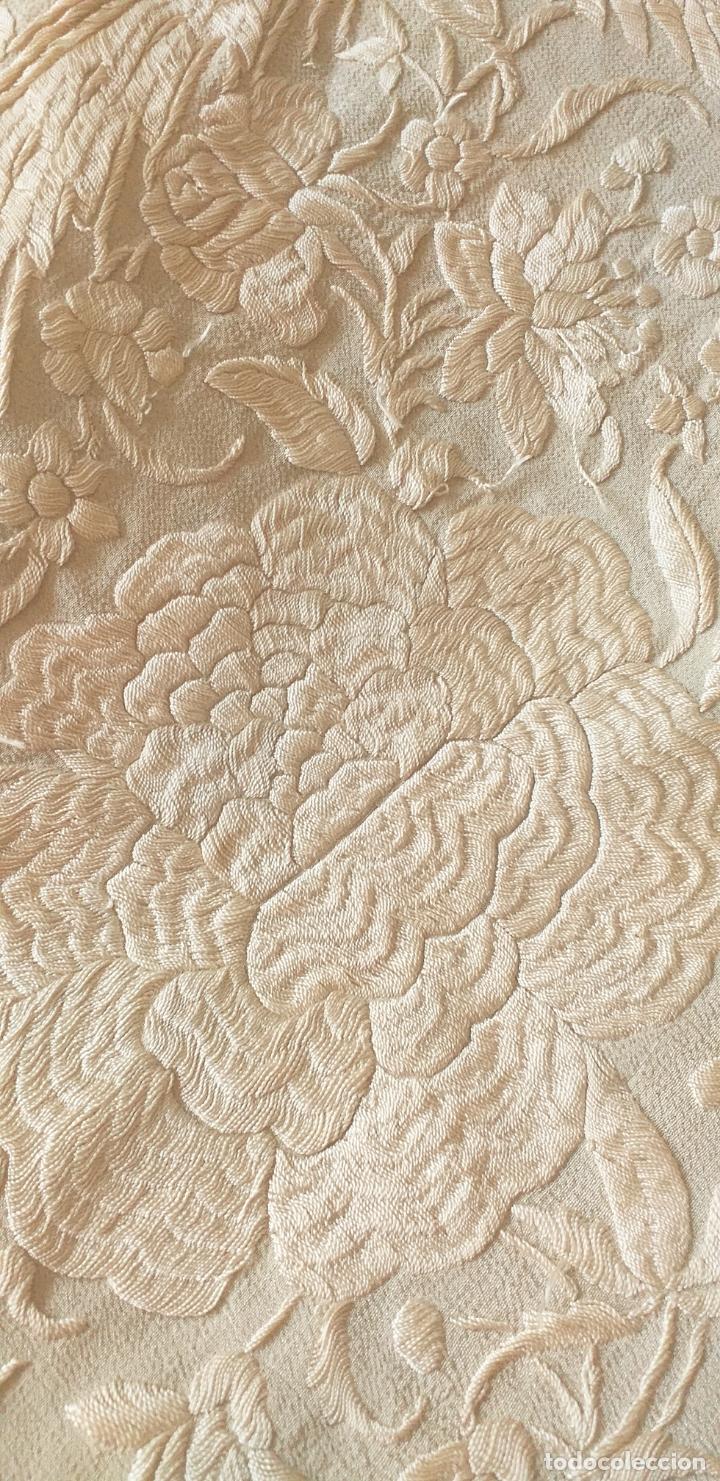 Antigüedades: MANTON DE MANILA EXTRAORDINARIO DE SEDA BORDADO EN SEDA SIGLO XIX 135 X135 MAS 44 ENREJADO Y FLECO - Foto 11 - 168700588