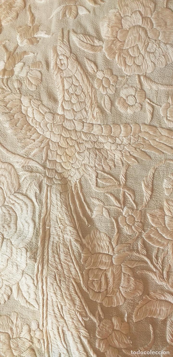 Antigüedades: MANTON DE MANILA EXTRAORDINARIO DE SEDA BORDADO EN SEDA SIGLO XIX 135 X135 MAS 44 ENREJADO Y FLECO - Foto 12 - 168700588