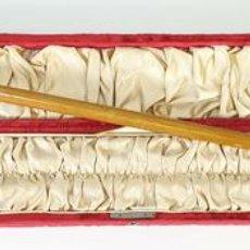 Antigüedades: BASTÓN MILITAR DE MANDO. MADERA. POMO DE ORO DE 9 KT. VÁSTAGO DE MADERA. 1896. . Lote 168806168
