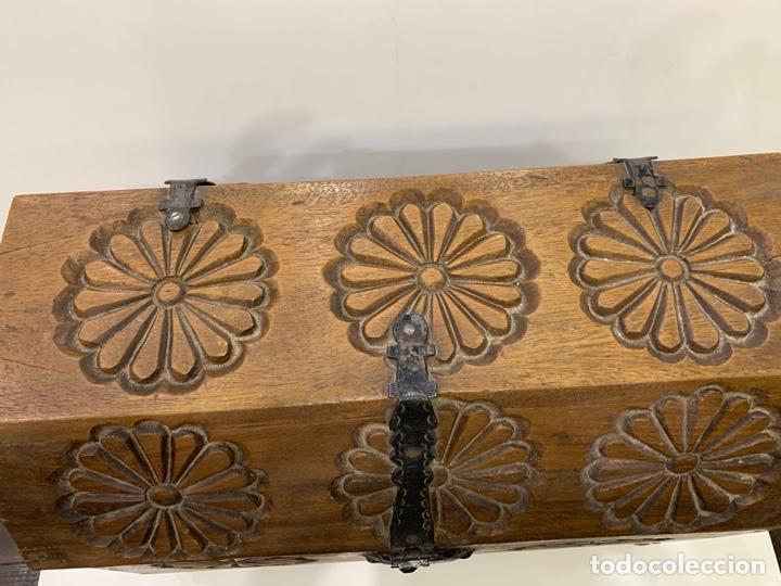 Antigüedades: Antiguo baúl / arcón tallado estilo castellano con herrajes. - Foto 4 - 168810484