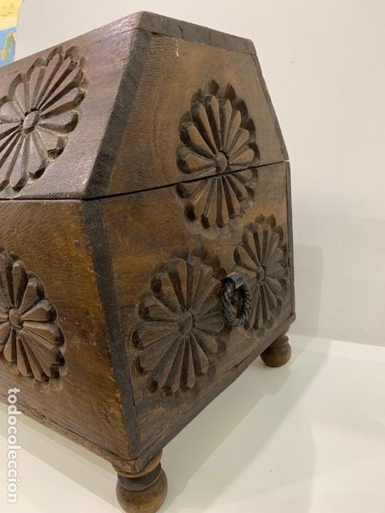 Antigüedades: Antiguo baúl / arcón tallado estilo castellano con herrajes. - Foto 5 - 168810484