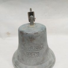 Antiquités: GRAN CAMPANA DECORATIVA DE BRONCE CON INSCRIPCIÓN DE TITANIC 1912.. Lote 168830284