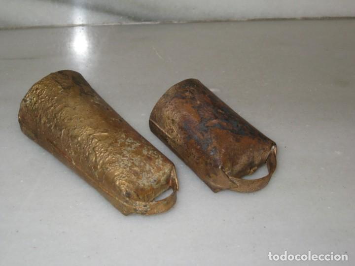 Antigüedades: Dos cencerros antiguos 9,5cm y 7cm. - Foto 3 - 168834692