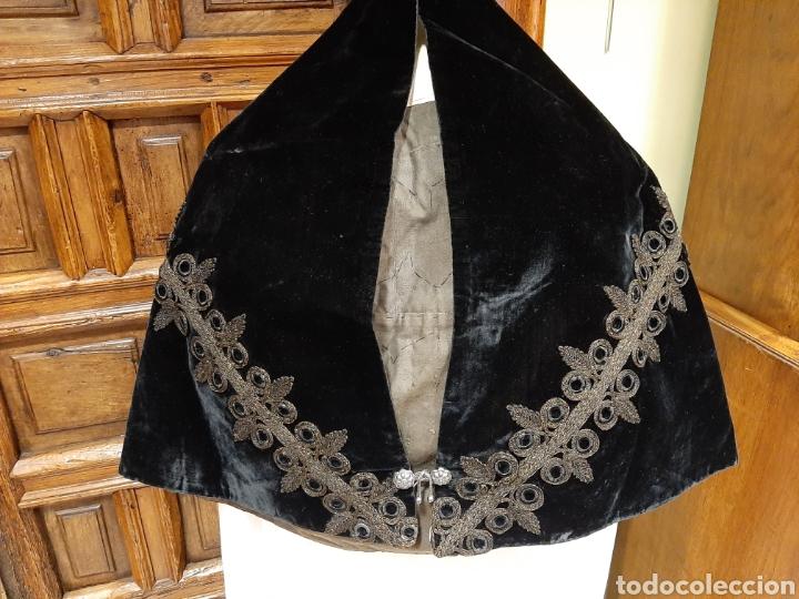 ANTIGUA MANTILLA DE CASCO O MANTELINA DE TERCIOPELO CON BROCHE DE PLATA. (Antigüedades - Moda - Mantillas)