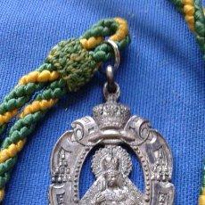 Antigüedades: SEMANA SANTA SEVILLA - ANTIGUA MEDALLA CON CORDON DE LA HERMANDAD DE LA MACARENA. Lote 168848316