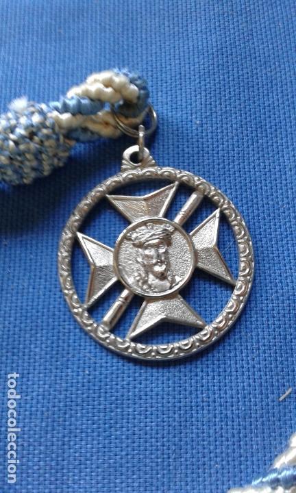 SEMANA SANTA SEVILLA - ANTIGUA MEDALLA CON CORDON DE LA HERMANDAD DE SAN ESTEBAN (Antigüedades - Religiosas - Medallas Antiguas)