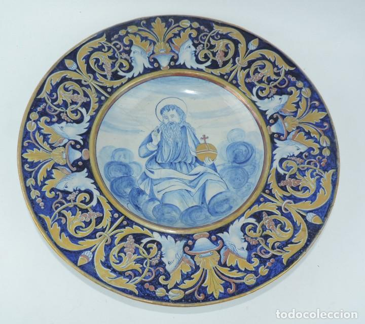 ANTIGUO PLATO DE CERAMICA, PUDIERA SER MANISES, MUY COLORIDO CON IMAGEN RELIGIOSA Y BONITOS DORADOS, (Antigüedades - Porcelanas y Cerámicas - Manises)