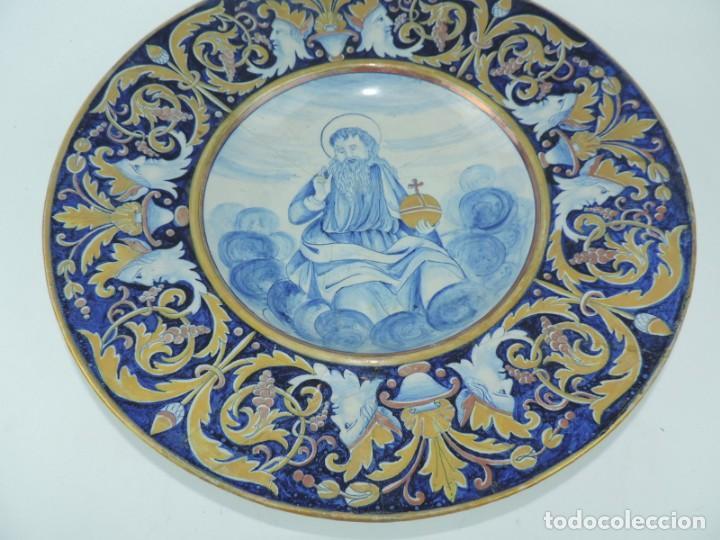 Antigüedades: ANTIGUO PLATO DE CERAMICA, PUDIERA SER MANISES, MUY COLORIDO CON IMAGEN RELIGIOSA Y BONITOS DORADOS, - Foto 2 - 168915080