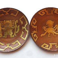 Antigüedades: PAREJA DE PLATOS PARA COLGAR EN COBRE Y ADORNOS EN BRONCE. MOTIVOS AZTECAS. 29,5 CM DE DIÁMETRO. Lote 168946488