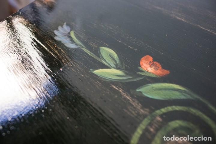 Antigüedades: Consola de roble con pata cabriolé y marco. Recuperados y pintados a mano con motivos florales - Foto 13 - 168973384