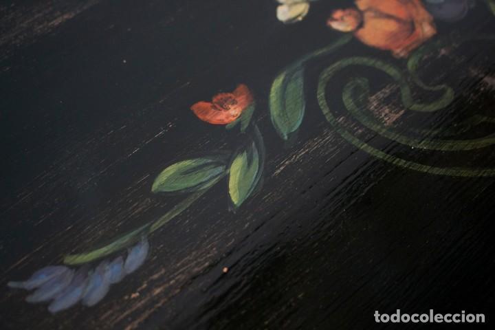 Antigüedades: Consola de roble con pata cabriolé y marco. Recuperados y pintados a mano con motivos florales - Foto 16 - 168973384