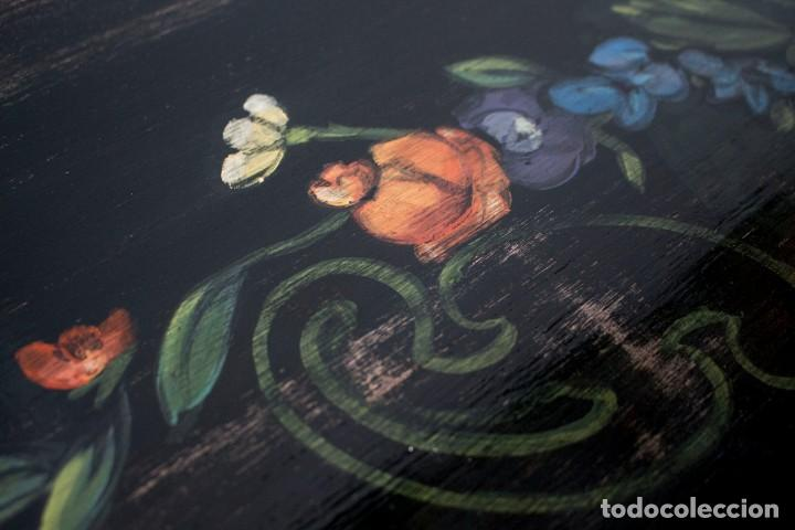Antigüedades: Consola de roble con pata cabriolé y marco. Recuperados y pintados a mano con motivos florales - Foto 17 - 168973384