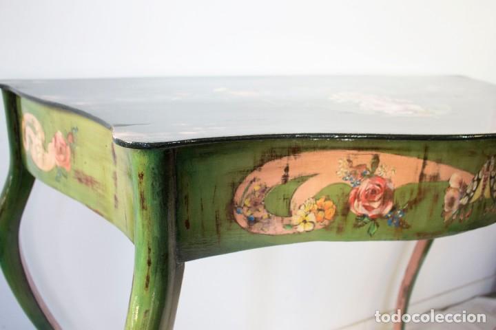 Antigüedades: Consola de roble con pata cabriolé y marco. Recuperados y pintados a mano con motivos florales - Foto 38 - 168973384