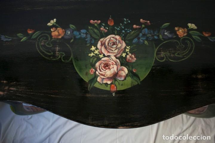 Antigüedades: Consola de roble con pata cabriolé y marco. Recuperados y pintados a mano con motivos florales - Foto 39 - 168973384